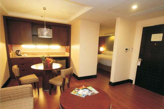 【往復マニラ乗継】フィリピン航空で行く! セブ隋一の高さを誇るこのホテルから見る夜景は絶景!クラウン・リージェンシー・ホテル&タワーズ・セブ[ジュニアスイート]宿泊